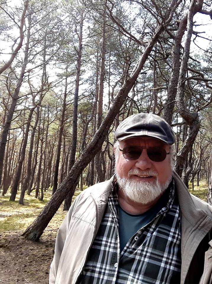 BILD: Bo Ranman på resa mot Svenska Bodhisattvaförbundets världskongress 2019, i fonden en vindpinad tallskog